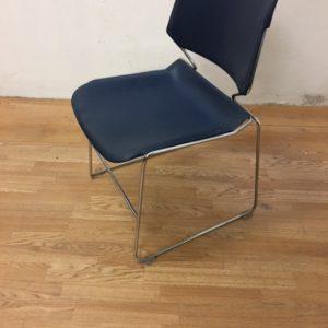 Chaise plastique bleue