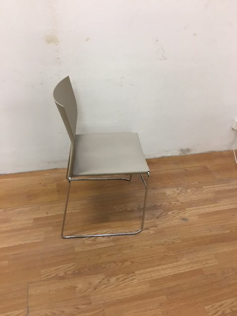 Chaise plastique beige